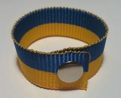 - браслеты из лент (на кнопке)