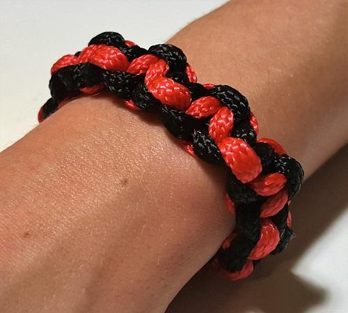 41.2 Браслет плетеный черно-красный