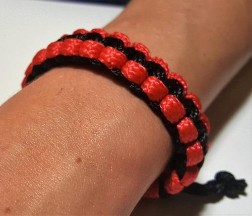 43.2.2 Браслет плетеный черно-красный