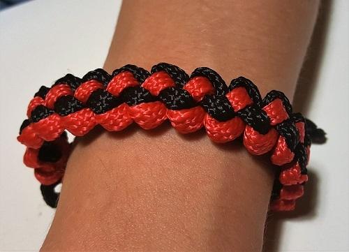 42.2 Браслет плетеный черно-красный