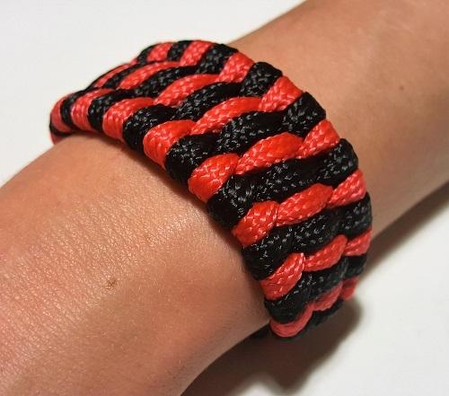44.2 Браслет плетеный черно-красный